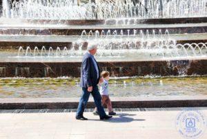 Отдыхающие у фонтана