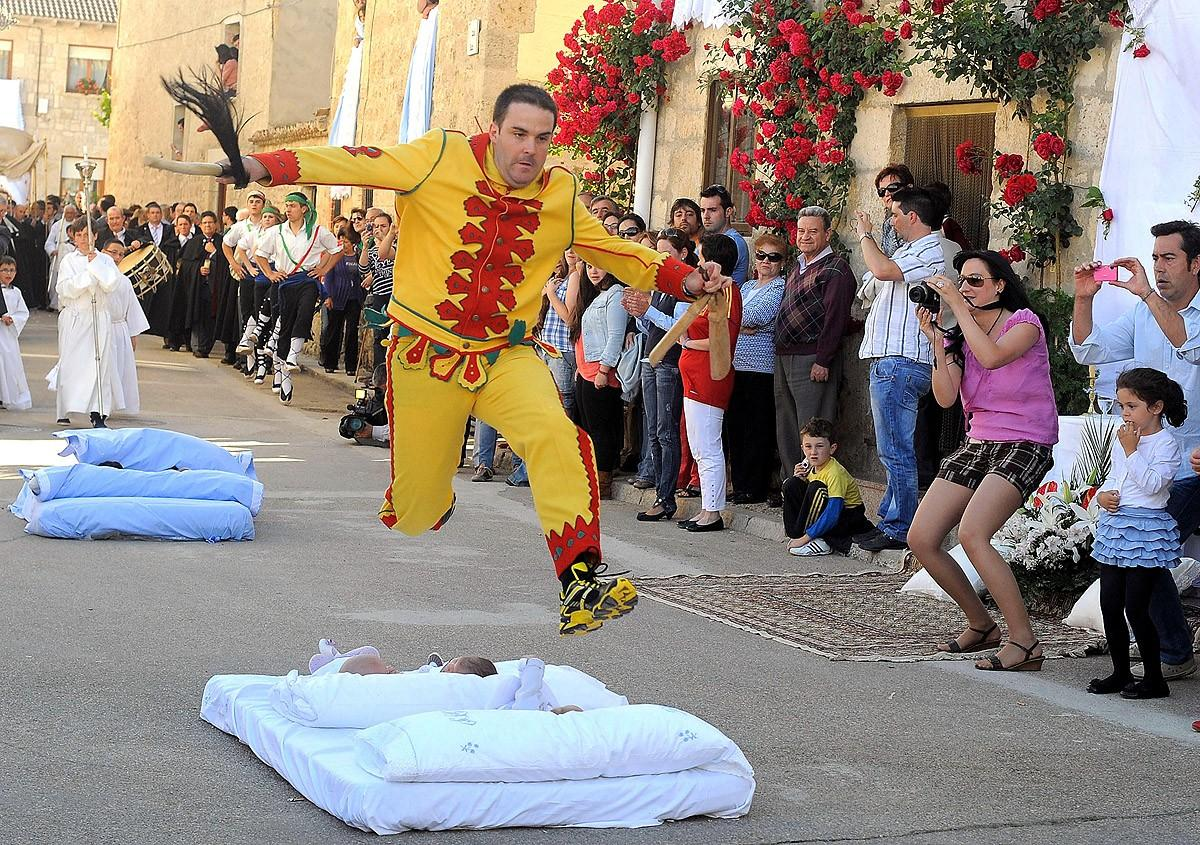 Удивительные традиции народов мира Фестиваль Эль Колачо (El Colacho), Испания