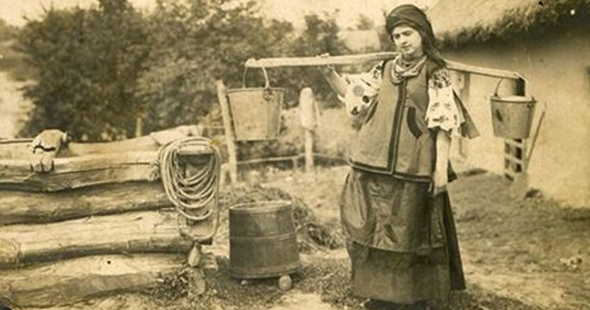 Коромысло - необходимый в обиходе сельской жизни помощник