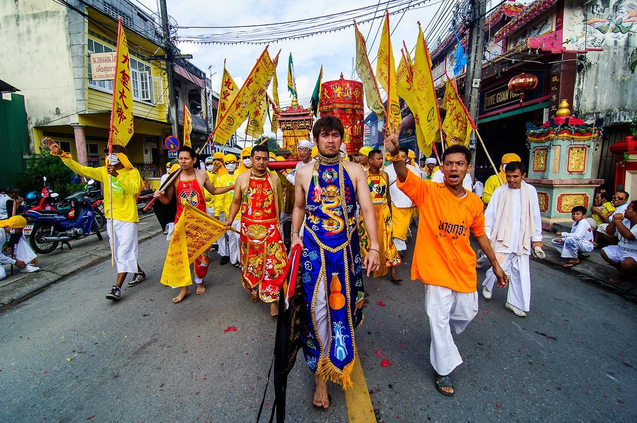 """Фестиваль """"безумных"""" вегетарианцев в Таиланде"""