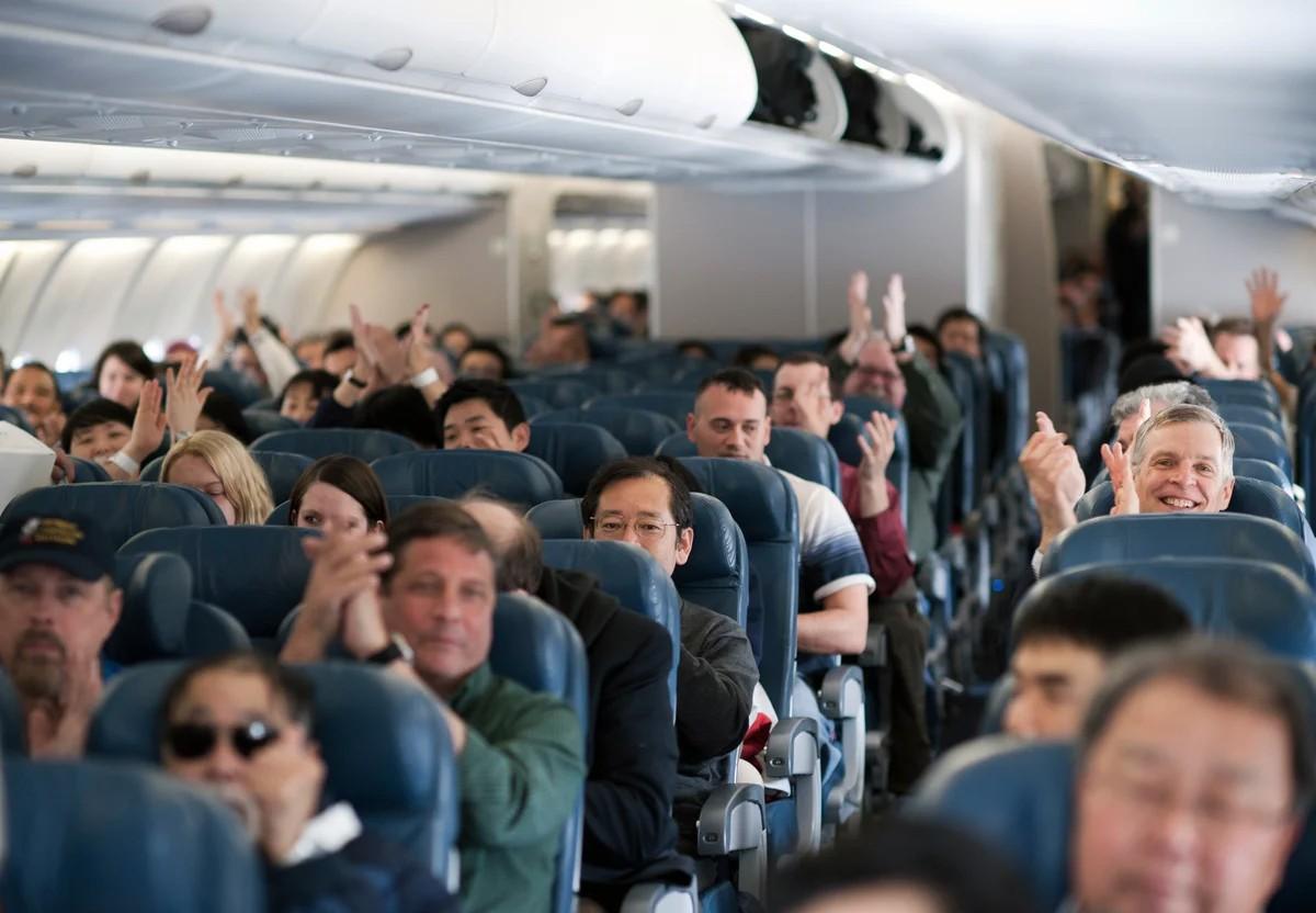 Аплодисменты: Почему в самолете хлопают после посадки