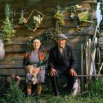 Бабушка рядышком с дедушкой Столько лет, столько лет вместе.
