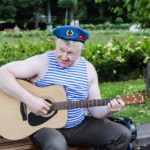На празднике ВДВ играют родные для десантников песни