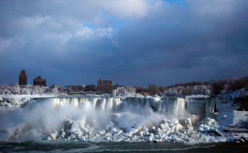 Знаменитый Ниагарский водопад замерз