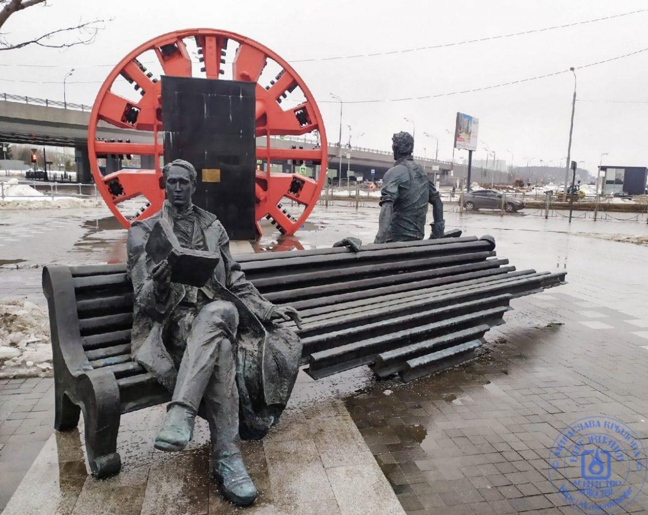 Скульптурная композиция у входа станции метро Рассказовка