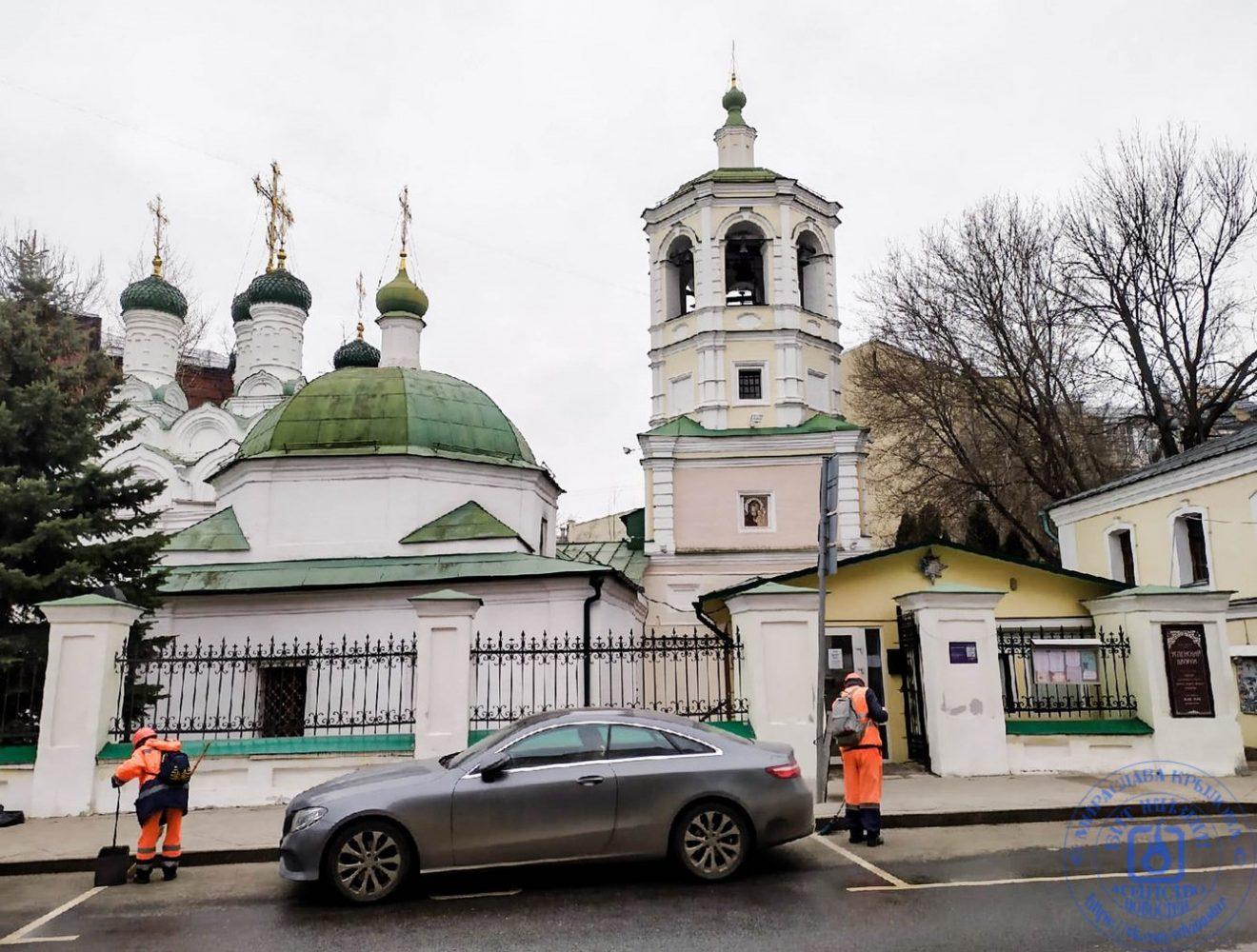 Старинная церковь в тихом Московском переулкке