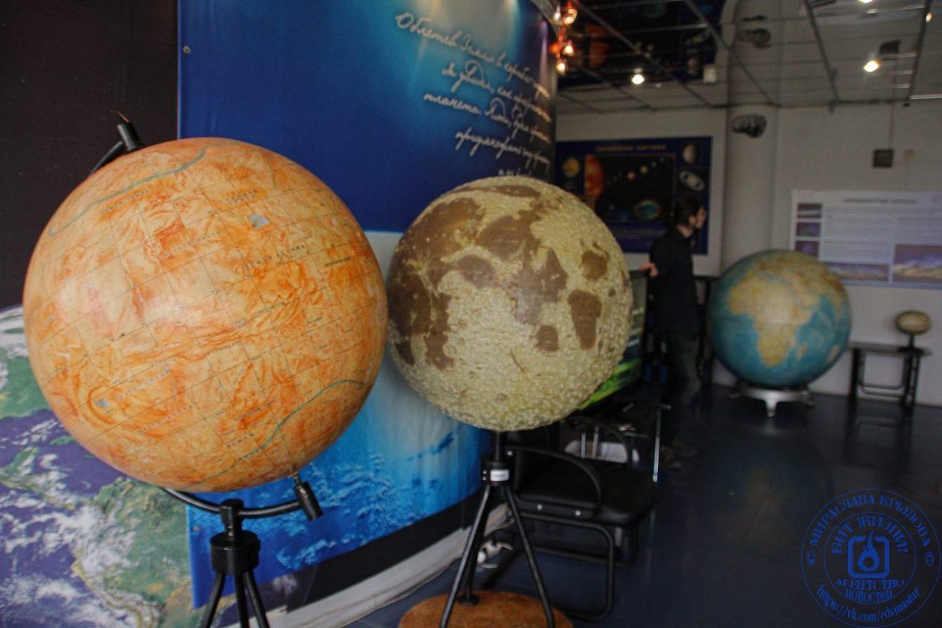 Модели марса, луны и земли