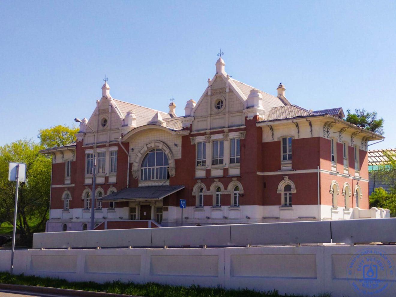 Красивое историческое здание недолеко от от метро Спортивная