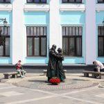 Памятник «Прощание славянки» установлен на территории Белорусского вокзала в Москве