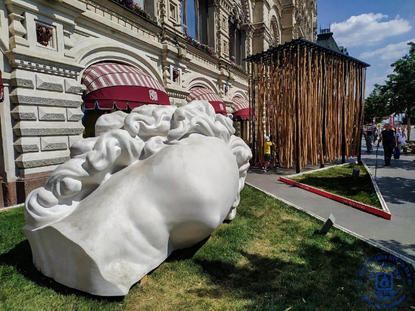 Голова женщины напечатана на 3-D принтаре - одна из скульптур выставки