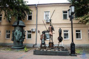 Скульптурная композиция во дворе ММСИ